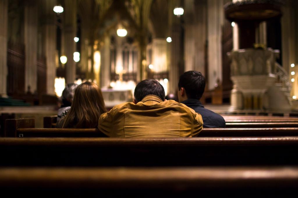 kozzi-praying-people-at-the-church-1774-x-1183